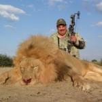 Una manada de hombres blancos armados cazan un león