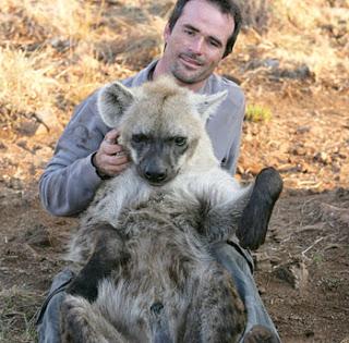 Kevin Richardson con hienas