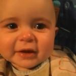 Bebé se emociona escuchando cantar a su madre