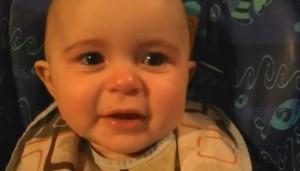bebe se emociona al oir a su madre cantar