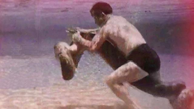Un hombre pelea con una anaconda y un cocodrilo