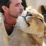 Kevin Richardson con una leona y sus crías