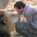 Entrevista y reportaje sobre Kevin Richardson, el hombre que habla con los leones